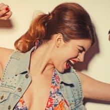 Jeśli wiecie, że Wasi goście lubią śpiewać – zaproponujcie im niesamowitą zabawę zwaną KARAOKE.