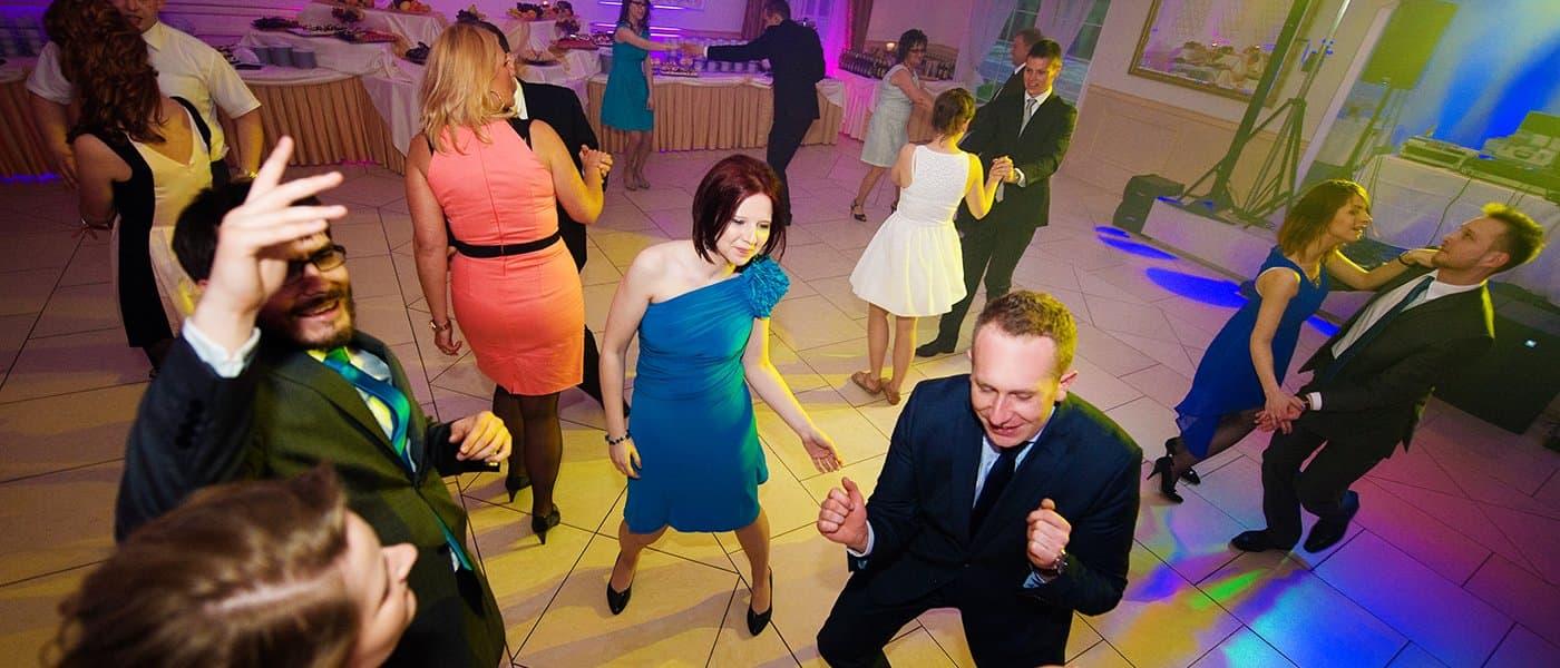 Tańczący lubie przy muzyce na weselu