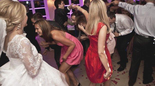 Niejedna para zastanawia się, jaką muzykęwybrać na wesele. Czy wpleść w repertuar weselny ulubione piosenki, które kojarzą się ze wspólnymi […]
