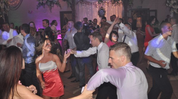 Jako DJ na wesele posiadam bazę kilku tysięcy utworów, utrzymane są one w różnym klimacie, pochodzą z różnych stylów muzycznych, […]