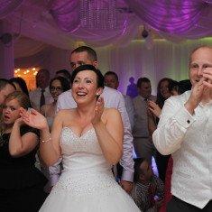Ludzie bawiący sie podczas wystepu dj na wesele
