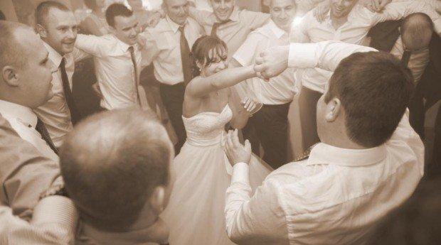 Są pary, które wiedzą, jaka piosenka zabrzmi na ich weselu przy pierwszym tańcu. Są też tacy narzeczeni,