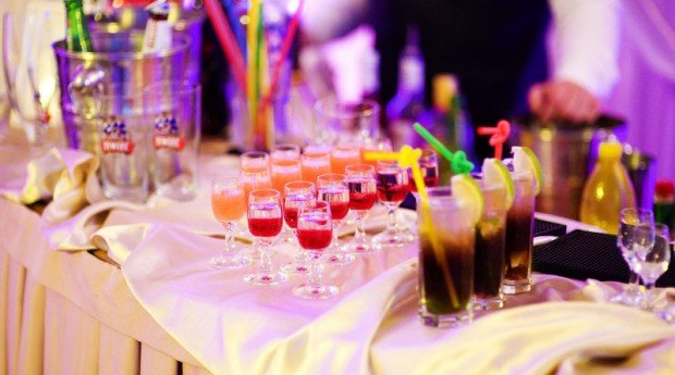 Alkohol zwyczajowo na większości przyjęć weselnych jest rzeczą nie tyle tolerowaną, co z punktu widzenia organizatorów i gości, koniecznością. Są […]